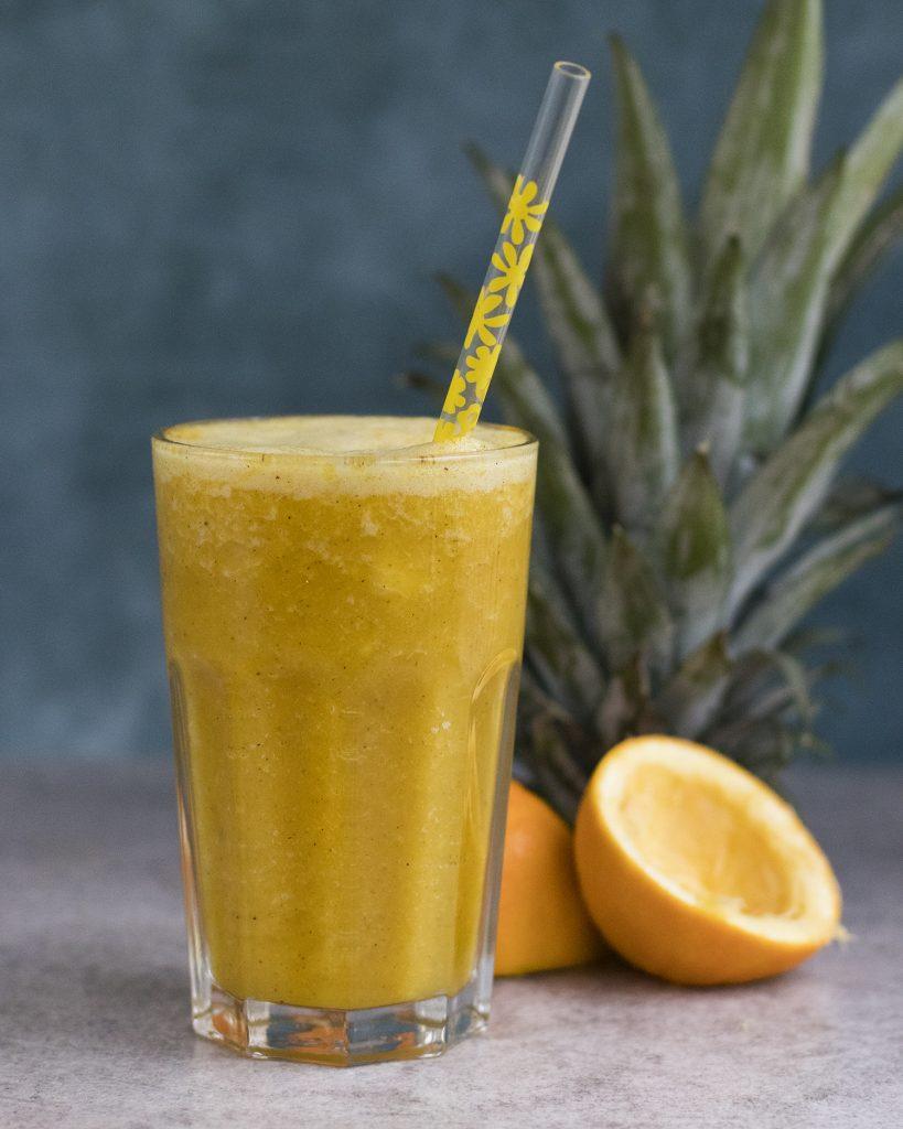 Smoothie van sinaasappel, ananas, gember en kurkuma