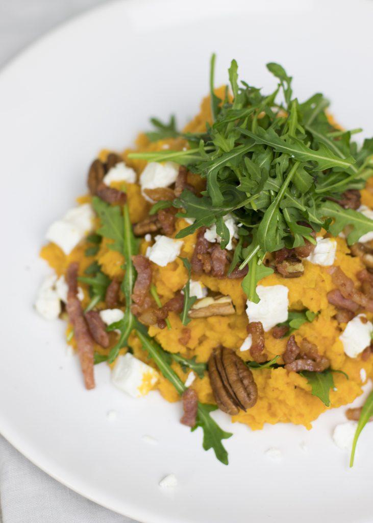 Zoete aardappelstamppot met geitenkaas, spekjes en pecannoten