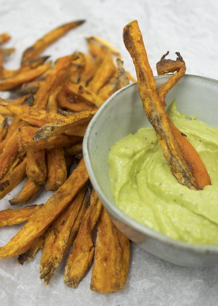 Zoete aardappelfrietjes met avocado dip