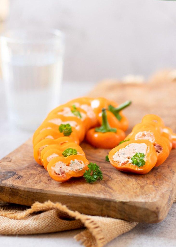 Gevulde puntpaprika met roomkaas, zongedroogde tomaten & Italiaanse kruiden