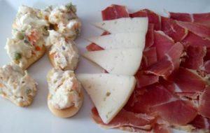 MINI MARINERAS. Una tapa deliciosa que se toma en España acompañada de una buena cerveza. Una rosquilla, ensaladilla y anchoa: divinas marineras.