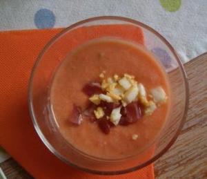 El SALMOREJO CASERO es una crema fría similar al gazpacho, aunque con una textura muy diferente; más espeso, más crema y más intenso. Pruébalo.