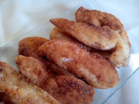 Solomillitos de pollo con tres salsas. Una manera diferente de disfrutar de la pechuga de pollo; crujiente y sabrosa y con las tres salsas que tú elijas.