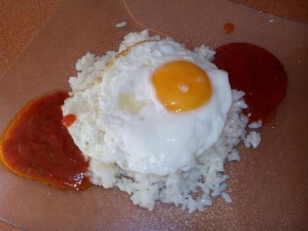 ARROZ A LA CUBANA. Ya forma parte de nuestra cocina este plato tan sencillo y, a la vez, tan sabroso. Ingredientes básicos: arroz, huevos y tomate y ya está