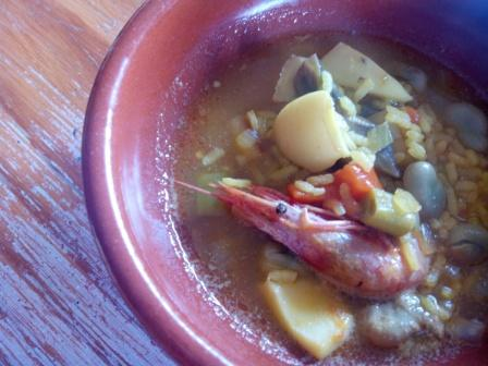 Arroz meloso con sepia y verduritas, típico de la costa mediterránea de España. Se sirve con un buen vino frío y a disfrutar de un sabor único.