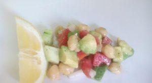 ENSALADA DE GARBANZOS Y AGUACATE. Una manera ligera y original de comer garbanzos; en una ensalada fresca y sabrosa ideal para verano.