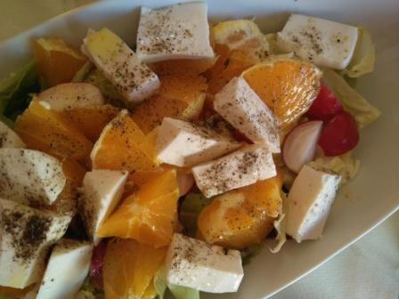 Ensalada de queso fresco y naranja. ¿Has probado el sabor del queso fresco cuando se mezcla con la naranja? Es una delicia. Una ensalada sabrosa y original.