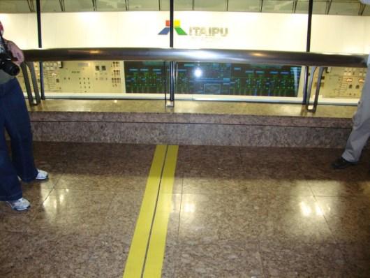 Faixa amarela de divisão Brasil x Paraguai - Usina de Itaipu