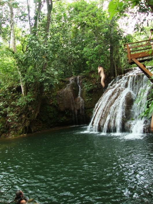 Salto em cachoeira - Estância Mimosa
