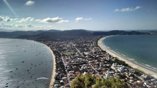 Vista topo Morro do Macaco em Bombinhas