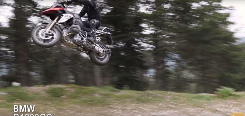bmw-r1200gs saltando por pistas