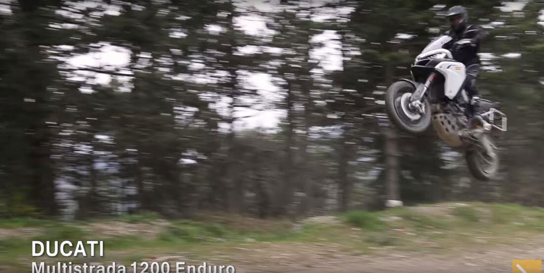 ducati-multistrada saltando por pistas