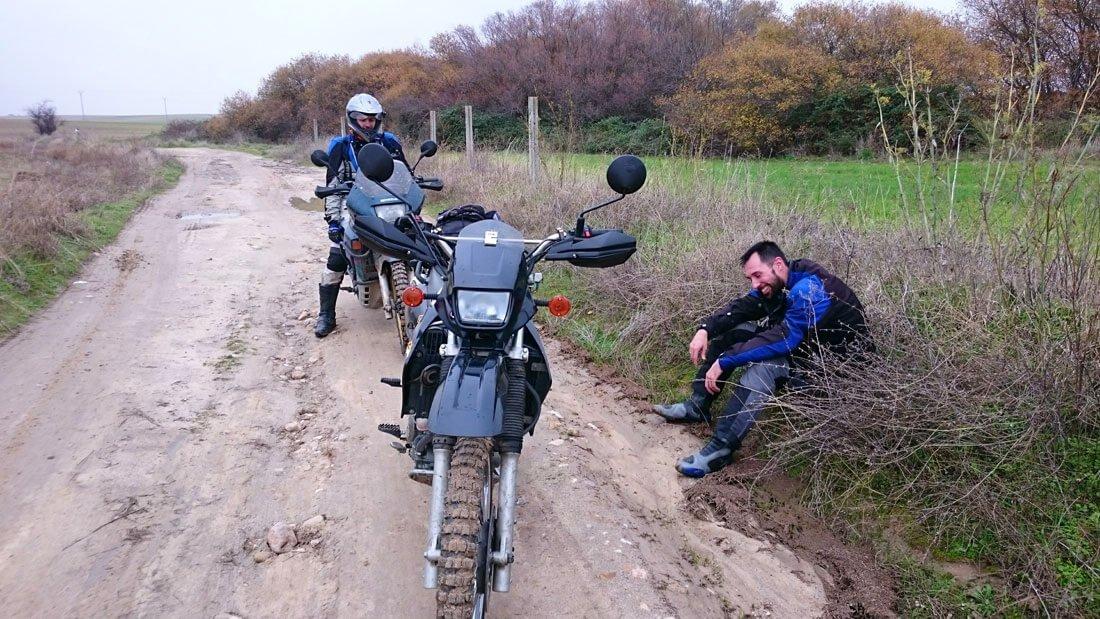 Descansando ante las motos con neumáticos trail
