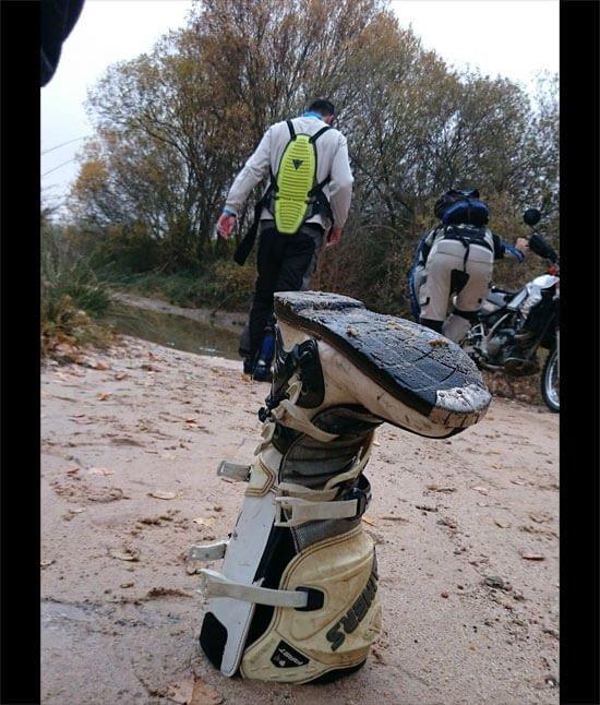 Secando la bota de la moto