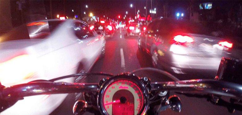 moto custom entre coches