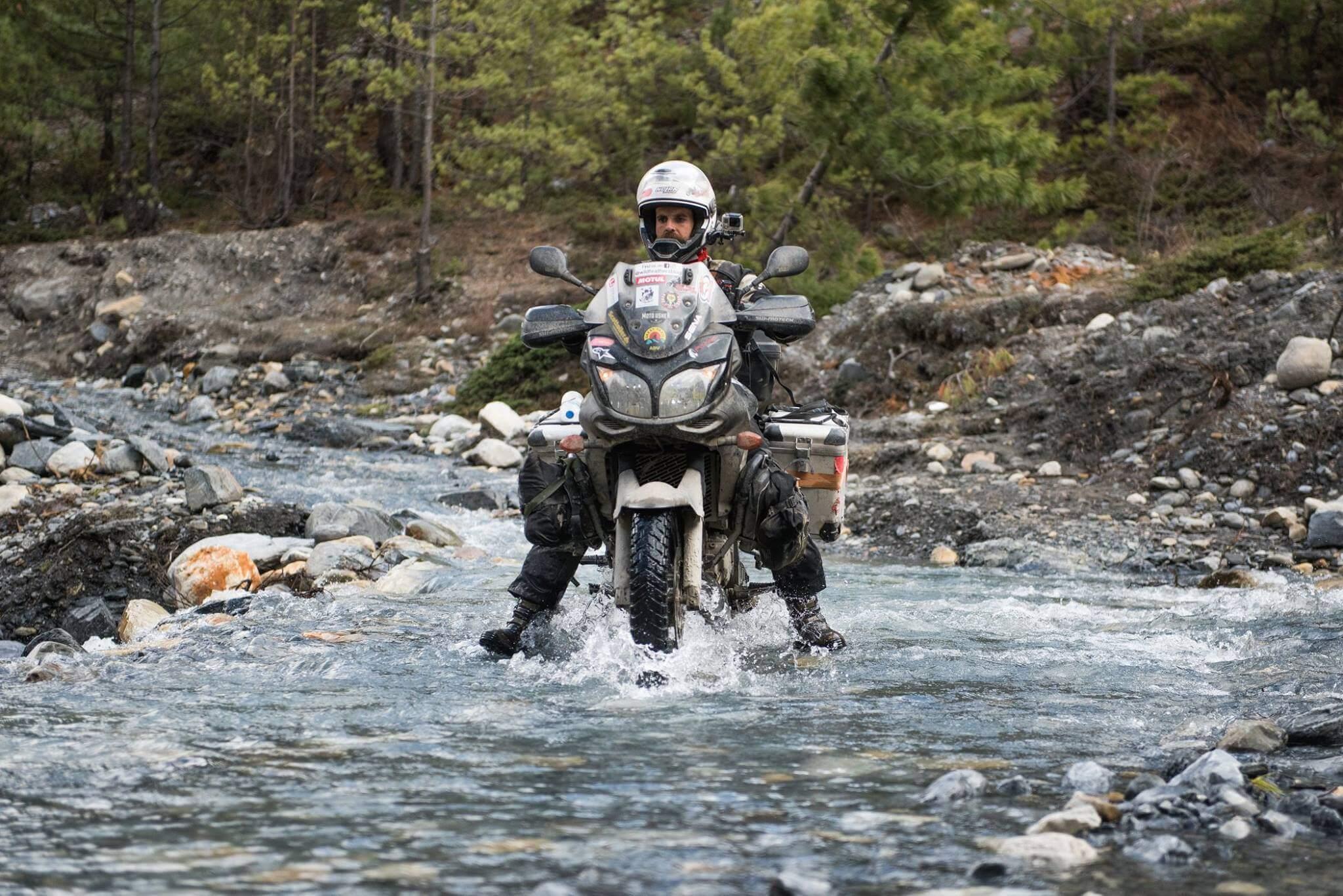 cruzando un rio - wildfeathers