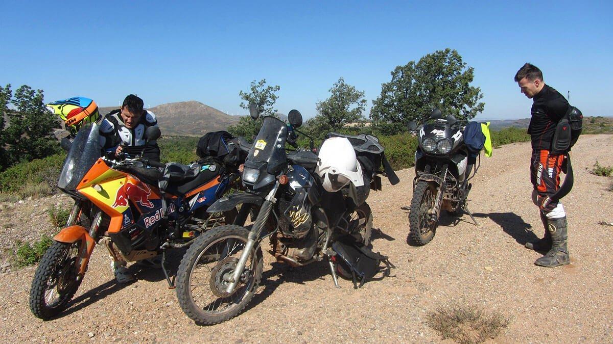 KTM 990, Kawasaki KLR y Honda Africa Twin 750 en ruta por pistas