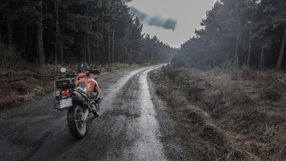 Moto bajo la lluvia en los Montes de León