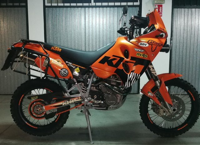 KTM 650 Adventure naranja de perfil