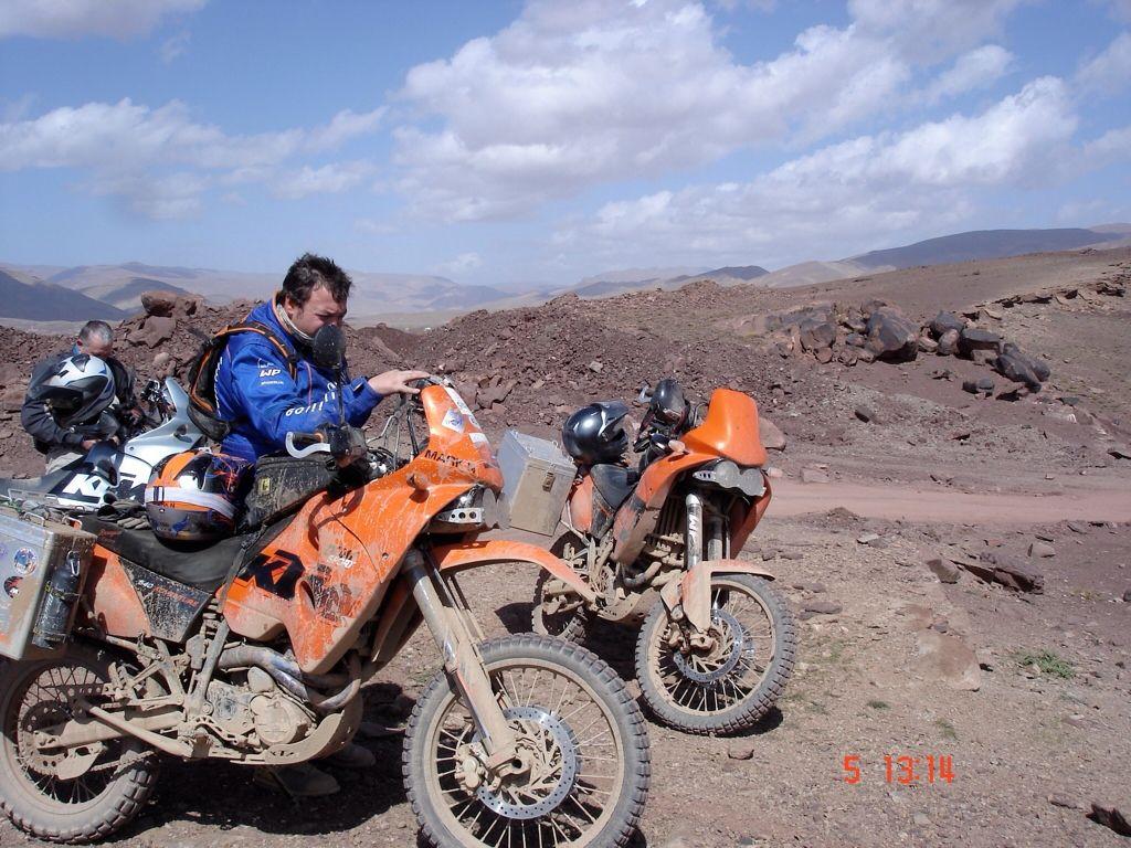 ktm 640 adventure con estética dakariana