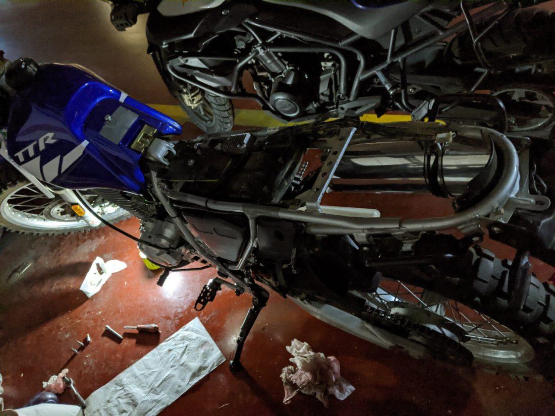 Yamaha TTR 600 RE desmontada en el taller mecánico