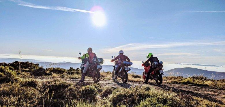 Tres motos de campo con equipaje en lo alto de la montaña