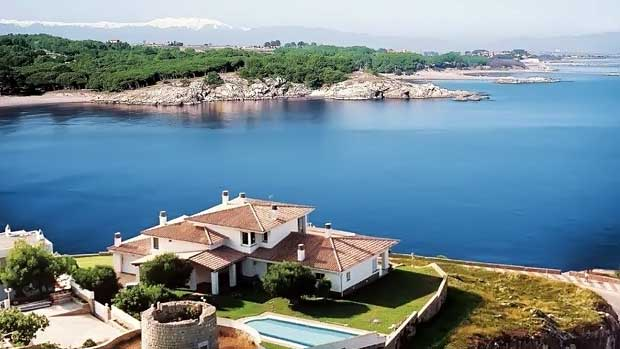 дом на берегу испании
