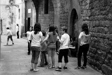 Школьники играют на старых улицах Барселоны