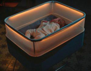 Empresa de veículos desenvolve berço que simula viagem de carro para ninar bebês