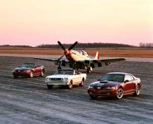 7-Ford Mustang 2004 edição aniversário e Mustang 1965 com P-51 (Foto: Divulgação)