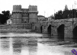 1940.-Vista-general-de-las-Torres-de-Serranos-en-la-plaza-de-los-Fueros-al-final-del-puente-de-Serranos-FOTO-EFE_byn