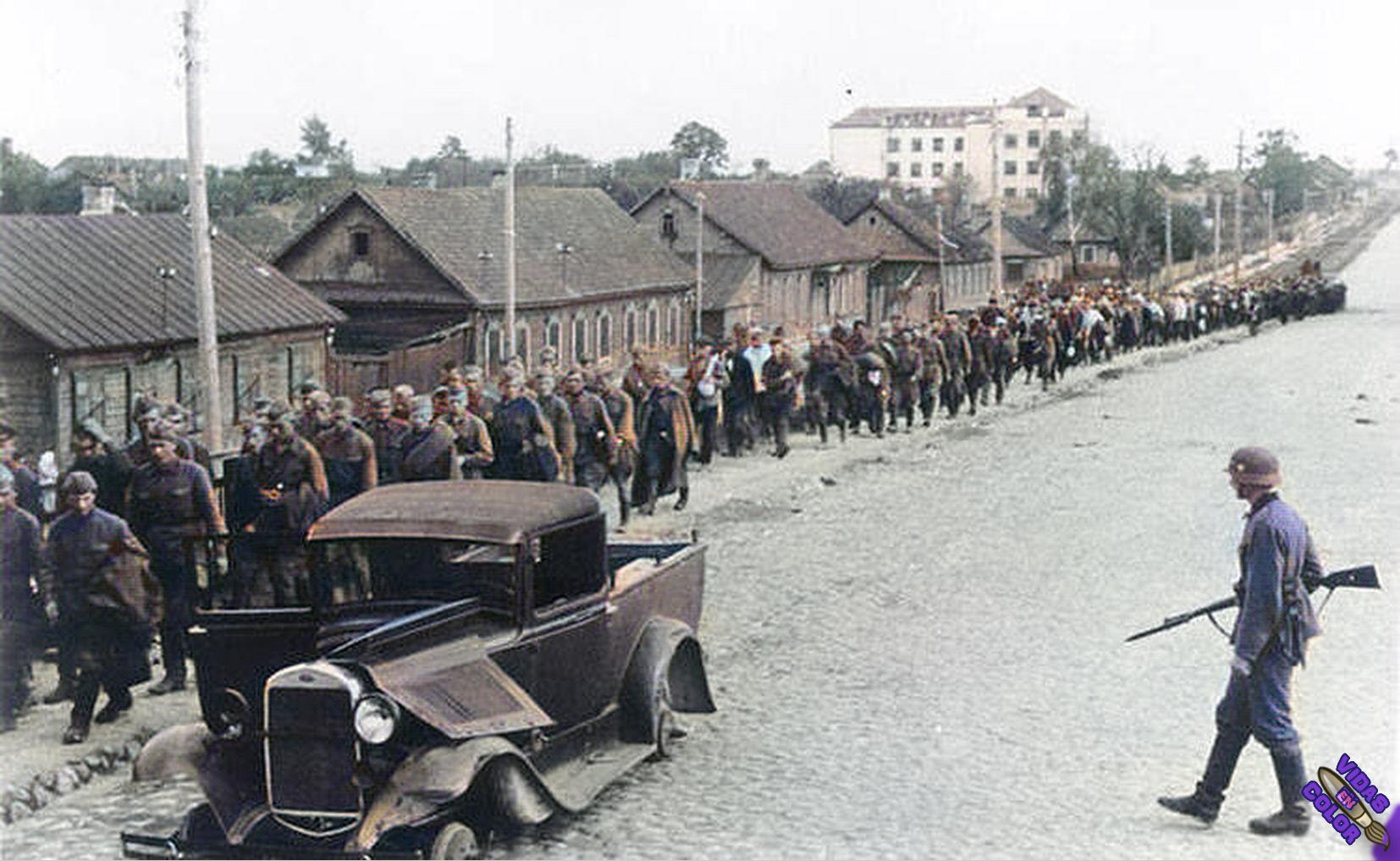 columna_de_prisioneros_sovieticos_capturados_cerca_de_minsk_bielorusia_julio_1945_color