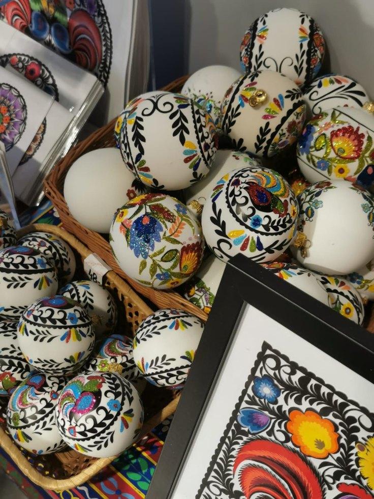 Decorações de Natal: bolas pintadas à mão na Polónia