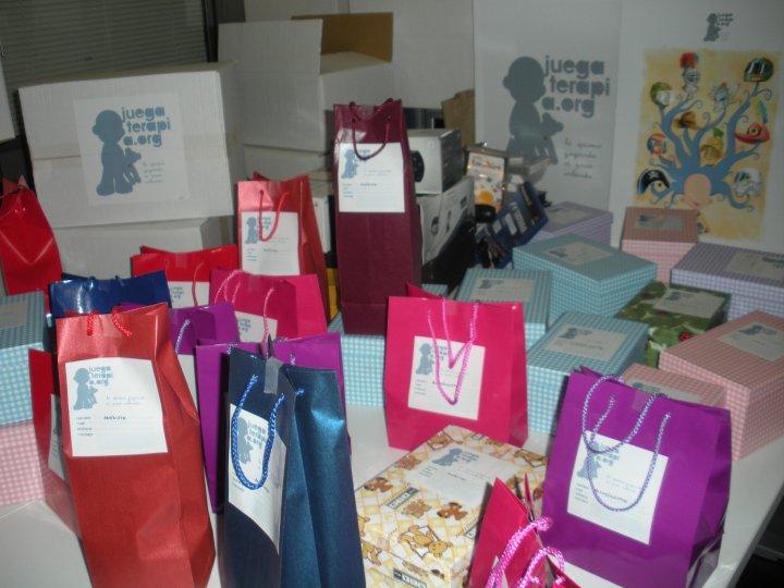 Los niños reciben las consolas y los juegos en cajas y bolsas preparadas