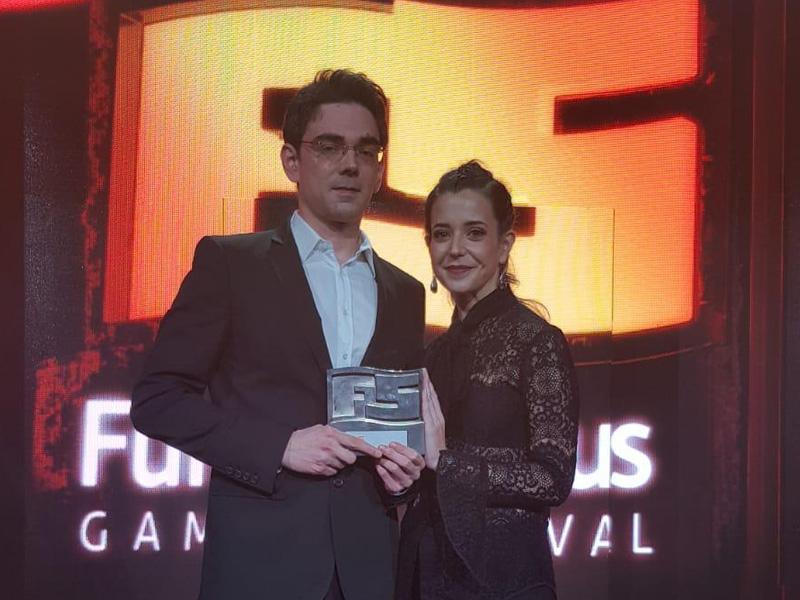 Jose Antonio Muñoz y Jasone Irastorza posan con el premio al Mejor videojuego vasco de 2018