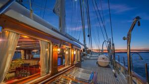 AraWG0yQkyJaanqcFj0V_sailing-yacht-gloria-deck-640x360