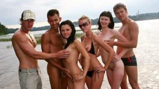 Baise torride et sexe anal sur un bateau