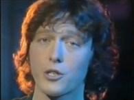 Peter Cornelius – Du Entschuldige – I Kenn' Di lyrics Wann i oft a bissal ins Namkastl schau Dann siech i a Madl mit Augn so blau Am blau des […]
