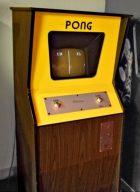 Damit fing alles an. Ein Pong-Automat in der Café-Bar David in Canicosa de la Sierra. Ein Wunder, dass ich Knirps mit 10 Jahren an die Knöpfe kam. Jetzt wo ich das Bild sehe, erinnere ich mich wieder an das grelle gelb. Genau so sah der Automat aus. Das ist jetzt 37 Jahre her. Unfassbar! (Bild: Ferdinand Müller)