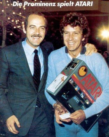 Die Prominenz spielt Atari: Klaus Ollmann 1983 mit dem Moderator Michael Schanze. (Bild: Atari)