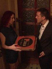 Comment troncher une superbe rousse avec une pizza!