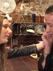 Vidéo exclusive: chanel se fait plaquer et trouve du réconfort dans les bras de son voisin