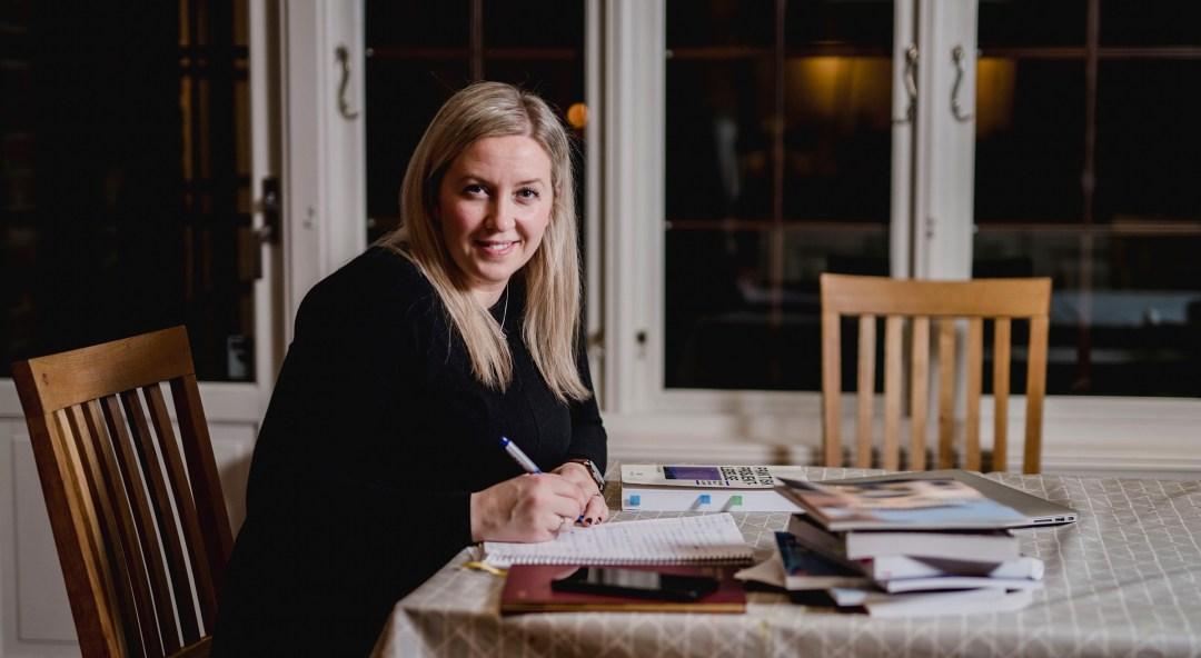 Heleen Dyrstad studerer ved spisebordet