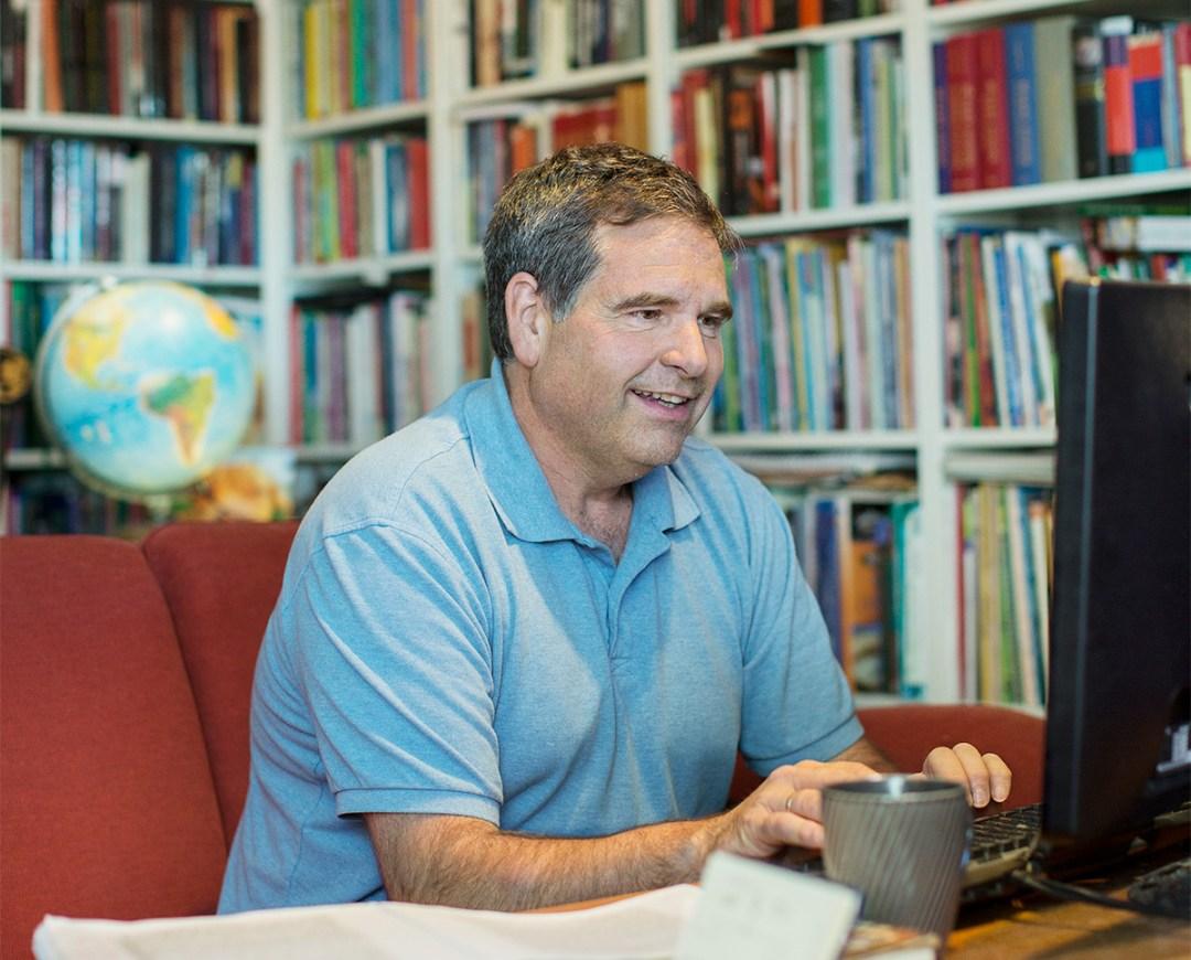 Arne Skarsem i biblioteket sitt
