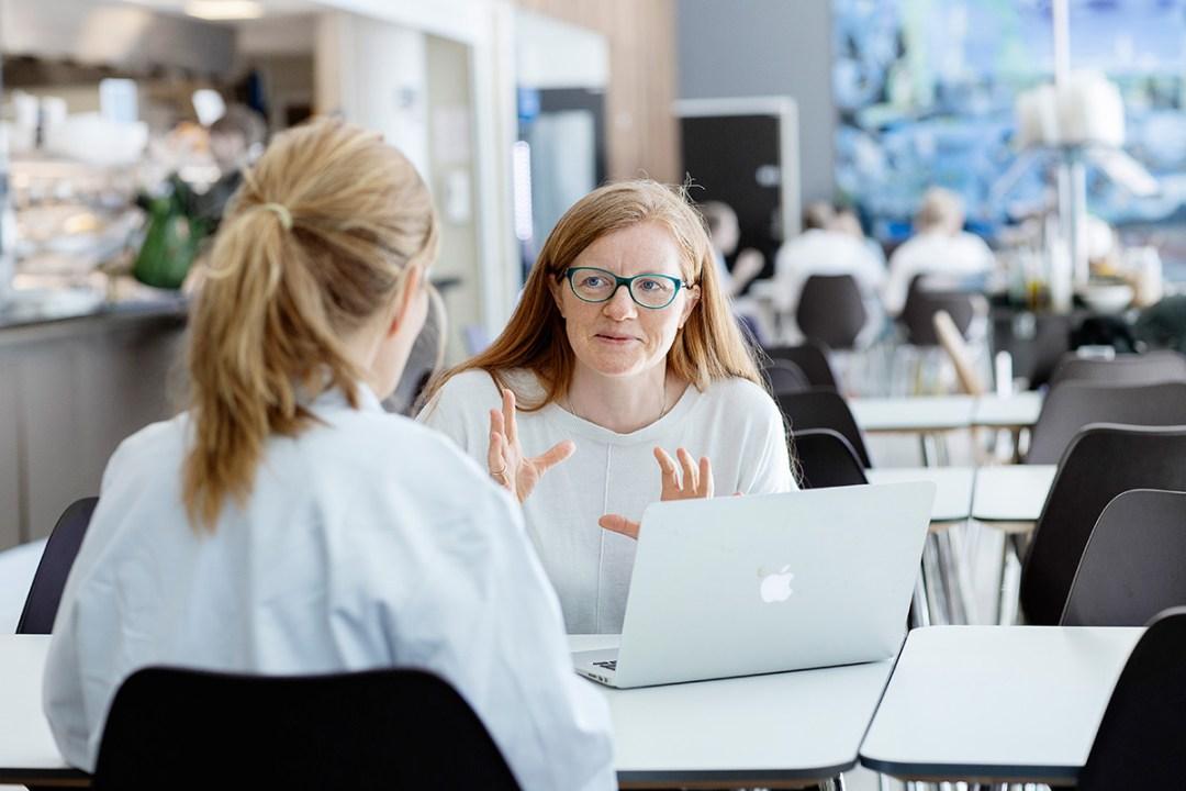Studenter på kurs i Miljødesign i vassdrag jobber ute i elva