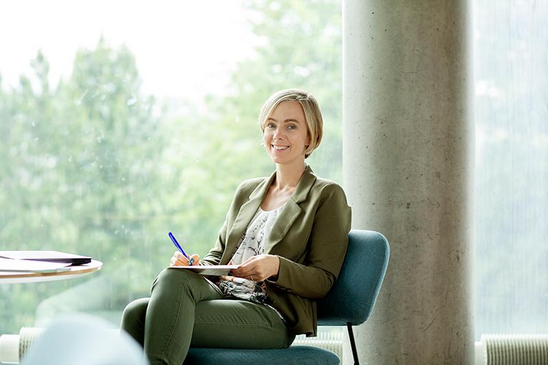 Foto av Brita Fladval Nielsen sittende ved et bord
