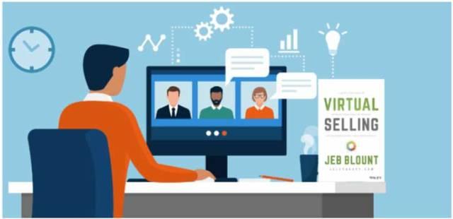 Un homme devant un ordinateur faisant une formation à la vente virtuelle.