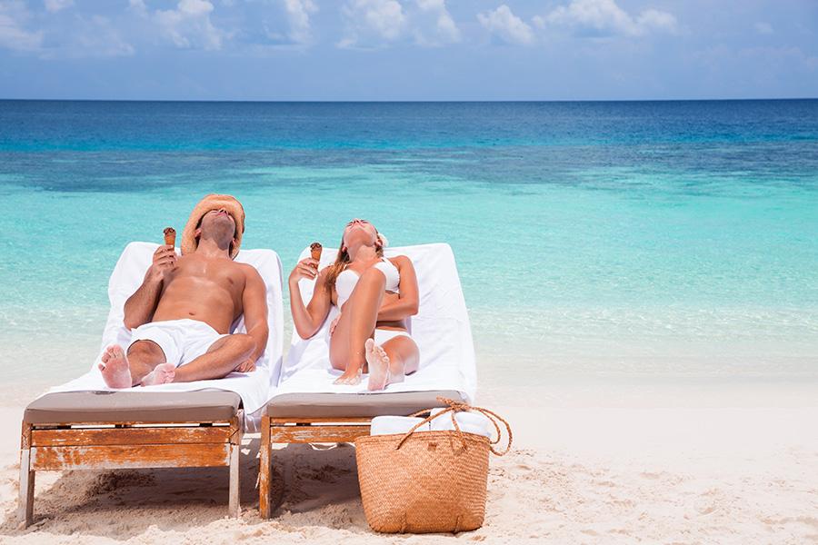 bigstock-Happy-couple-on-beach-resort–94914143-PICCOLA