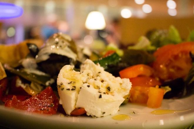Leckere und gesunde Vorspeise im Kochwerk: Salat mit gratiniertem Ziegenäse
