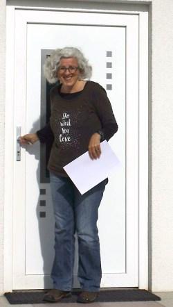Foto Ulla vor einer Tür stehend
